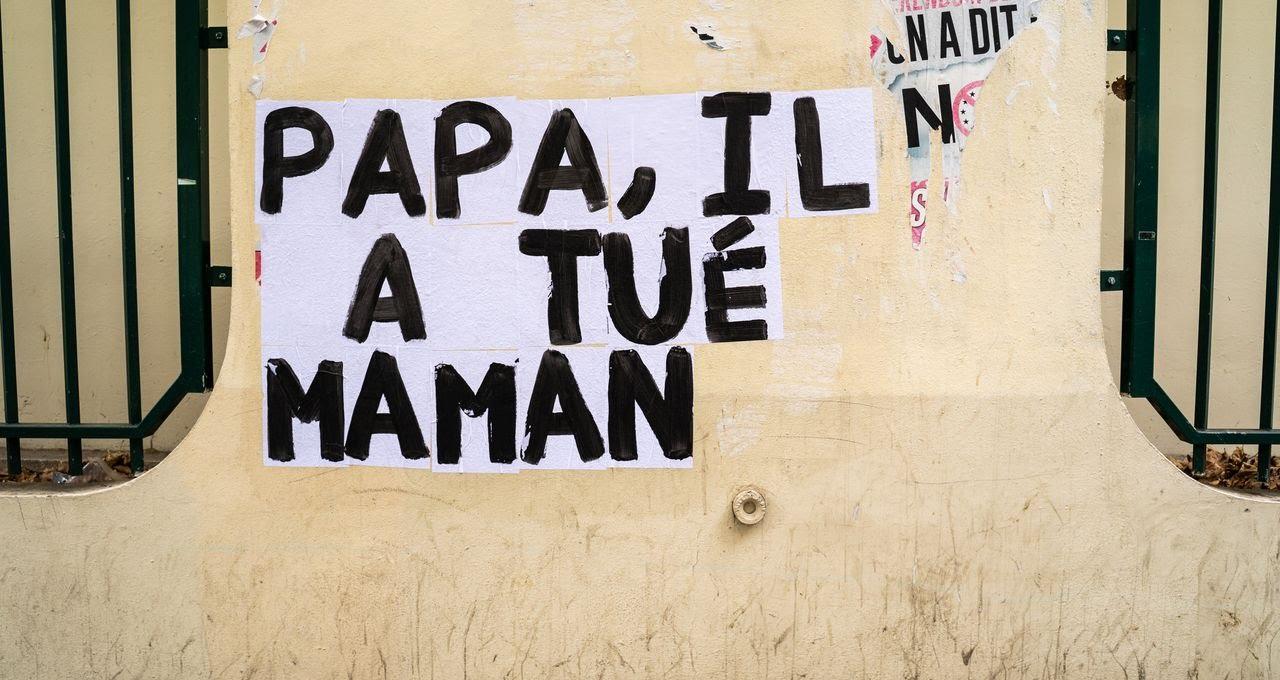 Collage réalisé dans le 11e arrondissement de Paris afin de dénoncer les féminicides et les violences conjugales.